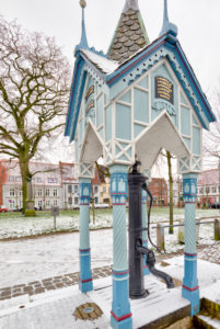 Fountain house, Market Square, Gabled houses, Old Town, Friedrichstadt, North Sea, Winter, Schleswig-Holstein, Germany, Europe