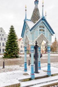 Brunnenhäuschen, Weihnachtsbaum, Marktplatz, Giebelhäuser, Altstadt, Friedrichstadt, Nordsee, Winter, Schleswig-Holstein, Deutschland, Europa