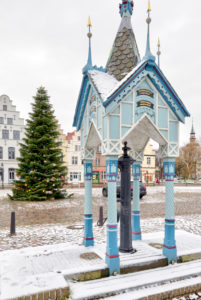 Fountain house, Christmas tree, Market Square, Gabled houses, Old Town, Friedrichstadt, North Sea, Winter, Schleswig-Holstein, Germany, Europe