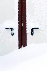 Winter, Sitzbank, Tür, vereist, Wasserkuppe, Frost, Schnee, Rhön, Hessen, Deutschland, Europa,