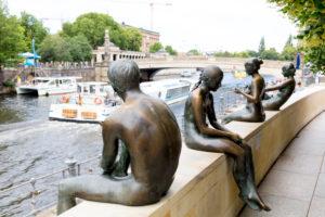 Drei Mädchen und ein Knabe, Figurengruppe, Bronzefiguren, Denkmal, Berlin, Deutschland