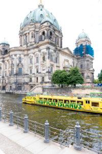 Ausflugsschiff auf der Spree am Bodemuseum, Museumsinsel, UNESCO Weltkulturerbe, Mitte, Berlin, Deutschland