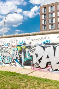 Hotel Indigo, Fassade, East Side Gallery, Wandmalerei, Graffiti ehemalige Berliner Mauer, Friedrichshain, Berlin, Deutschland