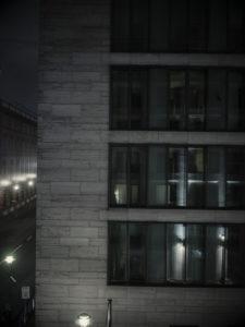 Arcotel John F, Zimmer bei Nacht, Blick aus dem Fenster