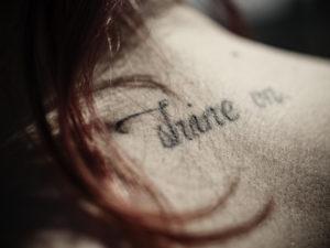 Tattoo auf dem Nacken eines Mädchens