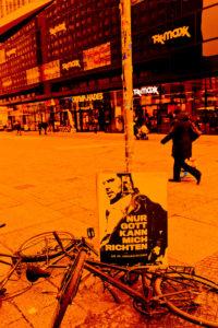 Alexanderplatz, Berlin-Mitte, Szenerie vor Kaufhaus