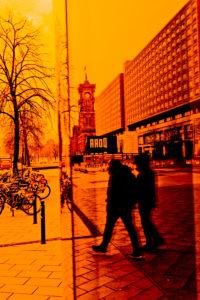 Alexanderplatz, Berlin-Mitte, Rotes Rathaus, Menschen am Kaufhaus