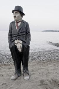 Korfu, Griechenland, Stimmung am Meer, Charlie Chaplin Figur