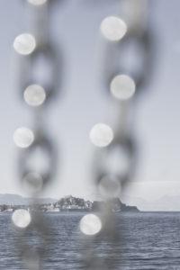 Blick vom Schiff auf das Mittelmeer mit Takelage im Vordergrund