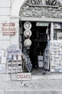 Korfu-Stadt, Souvenirladen mit Auslagen