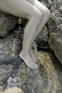 nackte Mädchenbeine am Ufer