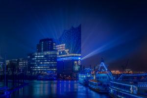 Deutschland, Hamburg, Elbe, Hafen, St. Pauli, Landungsbrücken, Elbphilharmonie, Lichtshow, nachts