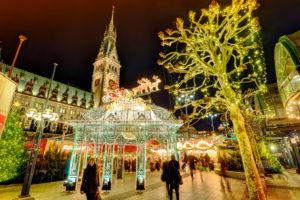 Weihnachtsmarkt auf dem Rathausmarkt in Hamburg, Deutschland, Europa
