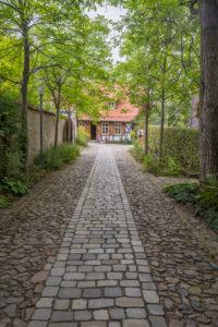 Deutschland, Sachsen-Anhalt, Ilsenburg, Eingang zum Kloster Drübeck mit Blick zum Gärtnerhaus