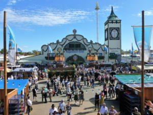 Germany, Bavaria, Munich, Oktoberfest, marquee, Augustiner-Bräu, Oktoberfest visitors, fixed team, stalls