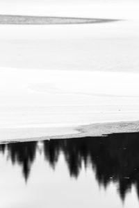 Schweden, Winter, Spiegelung im Wasser mit Eis, Schnee und Bäumen