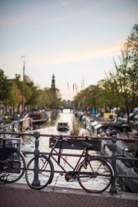 Niederlande, Holland, Amsterdam, Fahrrad an Geländer