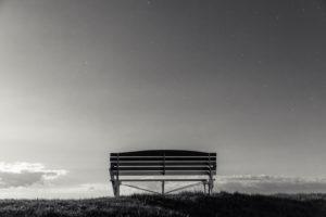 Norddeutschland, einsame Bank im Mondschein auf Deich
