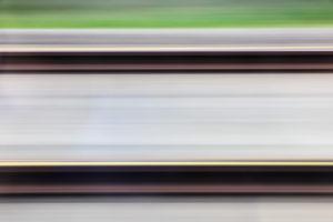 Blick auf Gleise abstrakt aus fahrendem Zug