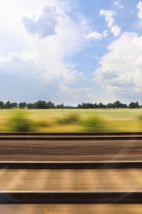 Blick aus Fenster im fahrenden Zug
