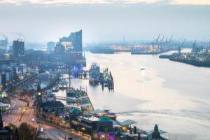 Europa, Deutschland, Hamburg, Blick aus dem Hotel Riverside auf Elbe mit Elbphilharmonie am Morgen