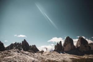Frau steht mit ausgebreiteten Armen vor den Drei Zinnen, Dolomiten, Südtirol, Italien