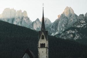 Dorfplatz Pozza di Fassa, Italien, Dolomiten