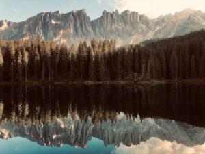 Dolomiten spiegeln sich im Karersee, Abendlicht
