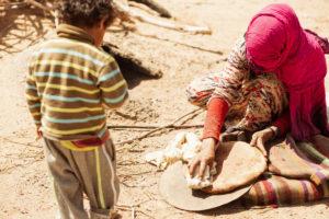 Junge mit Mutter einer Nomadenfamilie, Sahara