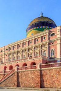 Das Teatro Amazonas ist ein Opernhaus in Manaus, Brasilien. Der Bau wurde durch die Einnahmen des Kautschukbooms finanziert und am 31. Dezember 1896 eingeweiht.