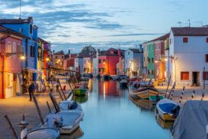 Bunte Hausfassaden auf Burano. Burano ist eine der Inseln in der Lagune von Venedig, Italien