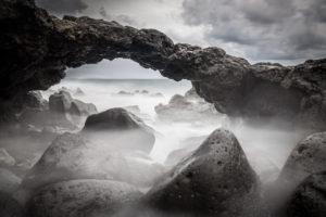 Spanien, Kanaren, Teneriffa, Felsformation im Meer