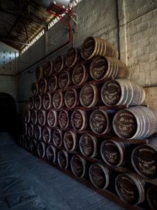 Habitation la Favorite, Rumdestillerie, Fässer, Destillation mit Dampfmaschine wie vor 100 Jahren