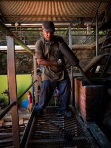 Neisson Rhum, Rumdestillerie per Dampfmaschine, Kohleneinwurf