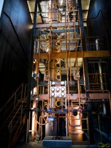 Neisson Rhum, Rumdestillerie per Dampfmaschine, Destillationsturm
