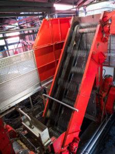 Rhum JM, Destillation JM Rhum, Zuckerrohr auf Fließband