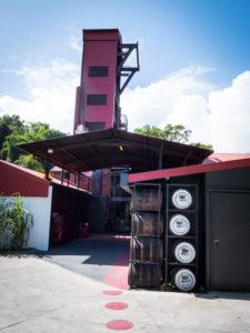 Rhum JM, Destillation JM Rhum, der Destillationsturm am Besucherbereich