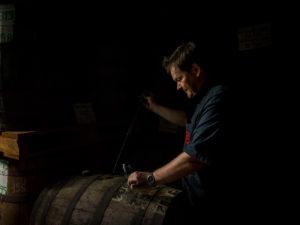 Saint James, Rum der zum altern in Holzfässern lagert, Marc Sassier, Chef der Produktion probiert aus alten Fässern