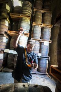 Saint James, Rumfässer die zum altern in Holzfässern lagern, Marc Sassier, Chef der Produktion probiert aus alten Fässern
