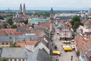 Speyer, Blick vom Dom auf die Maximilianstraße, mit dem Altpörtel (Stadttor), Alter Münze /rechts vorne) und der Pfarrkirche St. Joseph (links hinten)