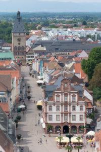 Speyer, Blick vom Dom auf die Maximilianstraße mit 'Das Altpörtel' westliches Stadttor Speyers, rechts davor die Alte Münze