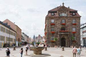 Speyer, Blick vom Dom zur Maximilianstraße, im Vordergrund der Domnapf und das Stadthaus
