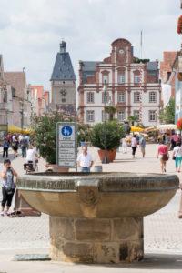 Speyer, Blick vom Dom zur Maximilianstraße, im Vordergrund der Domnapf