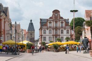 Speyer, Blick vom Dom aus auf die Maximilianstraße mit 'Das Altpörtel' westliches Stadttor Speyers, rechts davor die Alte Münze