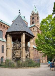Der Dom von Speyer, größte erhaltene romanische Kirche Europas. UNESCO Weltkulturerbe. Der südliche Domgarten mit dem Ölberg, ehemals Mittelpunkt des Domkreuzganges. Gottfried Renn (Speyerer Bildhauer) schuf im 19. Jh. die heutige steinerne Figurengruppe, die das biblische Geschehen auf dem Jerusalemer Ölberg darstellt.