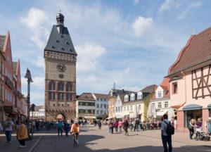 Speyer, Maximilianstraße mit dem Altpörtel dem westlichen Stadttor Speyers und Teil der mittelalterlichen Befestigung.