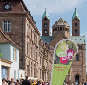 Speyer, Banner für das Weinforum der Pfalz, im Hintergrund der Dom.