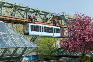 Deutschland, Nordrhein-Westfalen, Wuppertal, die Schwebebahn wurde am 1. März 1901 eröffnetet, Haltestelle Ohligsmühle,