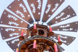 Deutschland, Baden-Württemberg, Karlsruhe, Weihnachtsmarkt auf dem Friedrichsplatz, Spitze einer Weihnachtspyramide