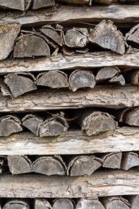 Brennholzlager mit vergrauten Holzscheiten.